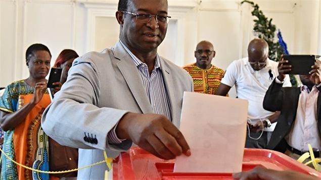 Le candidat à la présidentielle centrafricaine, Anicet-Georges Dologuélé, dépose son bulletin de vote le 30 décembre 2015.