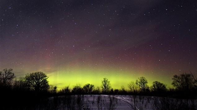 Des aurores boréales illuminent le ciel du nord de l'Ontario.