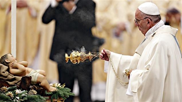 Le pape François célébre sa première messe de l'année à la place Saint-Pierre de Rome.