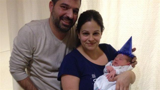 Le petit Constantinos Koukoutsis est né sept secondes après minuit