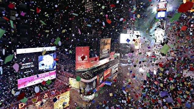 Des confettis tombent sur Times Square à New York alors qu'arrive 2016.