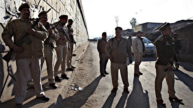 Des soldats indiens sont postés à l'extérieur de la base de Pathankot.