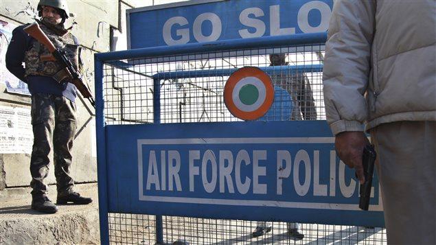 L'accès à la base aérienne de Pathankot a été bloqué dès que les tireurs ont réussi à s'y infiltrer.
