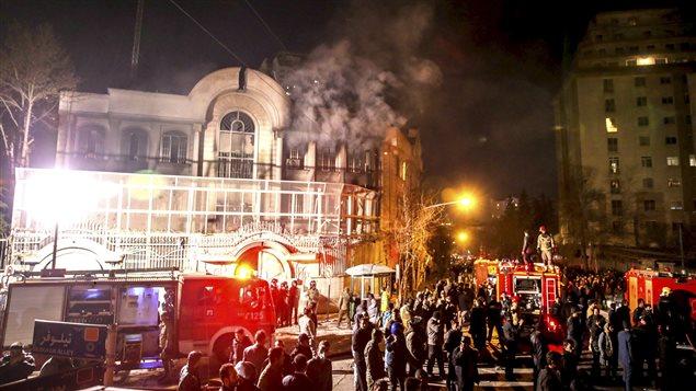 L'ambassade saoudienne à Téhéran est la proie des flammes le 2 janvier à la suite d'une manifestation en réaction à l'exécution par Riyad du cheikh Nimr al-Nimr.