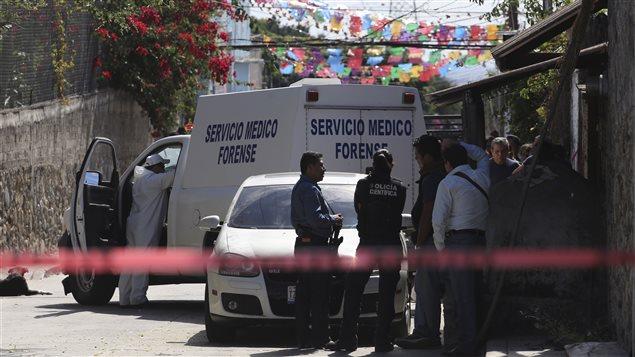 Les policiers près de la résidence de Gisela Mota à Temixco