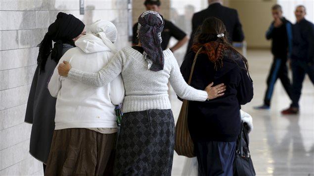 Des femmes israéliennes, amies et proches de deux citoyens israéliens inculpés à la suite de l'incendie criminel du 31 juillet, marchent ensemble dans un tribunal de Lod, le 3 janvier 2016.