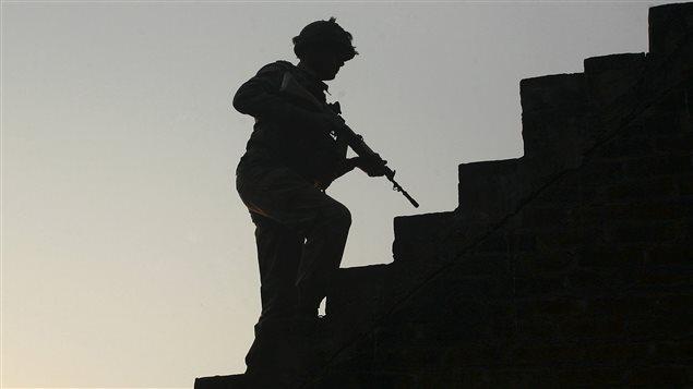 Un soldat indien patrouille la base de Pathankot, attaquée par des hommes armées.