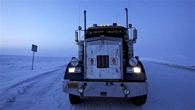 Un camion poids lourd sur une route de glace.