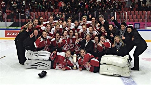 L'équipe canadienne des moins de 21 ans célèbre sa victoire en finale du mondial junior.