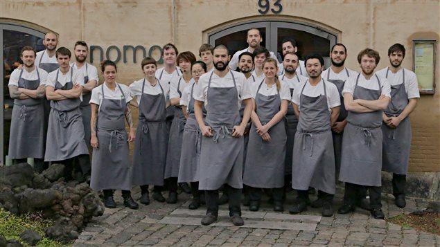 Ben Ing, au centre, parmi les autres chefs du restaurant danois Noma.