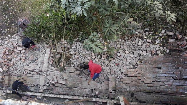 Cette maison s'est effondrée sous la force de la secousse.