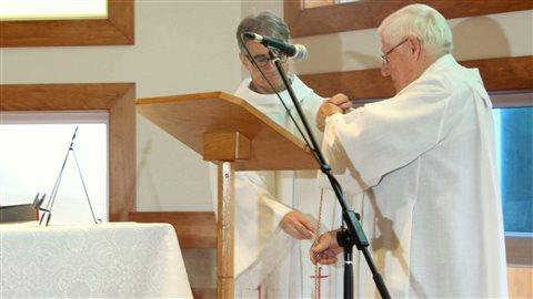 Une première célébration à la nouvelle église de Grande-Entrée, présidée par le curé Claude Gosselin assisté du curé Rejean Coulombe