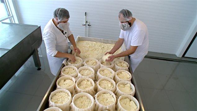 Oleg Sirota à l'oeuvre dans sa fromagerie