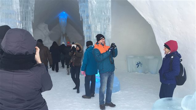 Les premiers visiteurs de l'Hôtel de glace.