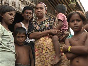 Naba Husson (deuxième à gauche) et sa famille vivent dans un camp dans la région de Rakhine.
