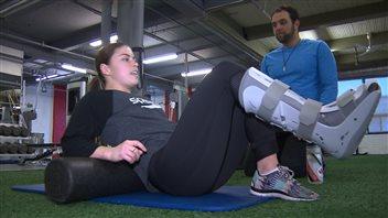 Roseline Filion effectue des exercices en présence de son thérapeute.