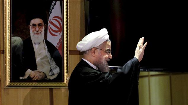 Le président iranien Hassan Rohani, devant un portrait du Guide suprême de la Révolution, Ali Khamenei (archives)