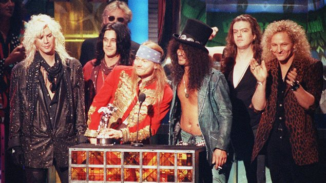 Duff McKagan, Izzy Stradlin, Axl Rose, Slash, Dizzy Reed et Matt Sorum, de Guns N' Roses, lors des MTV Video Music Awards en 1992