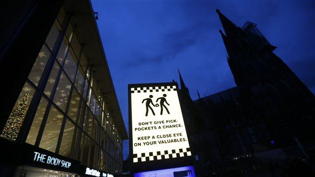 Une affiche prévient les citoyens de se méfier des voleurs à la tire sur la place donnant sur la cathédrale de Cologne où quelque 90 femmes auraient été agressées par des hommes la veille du Nouvel An.