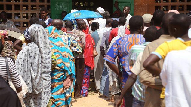 Le 30 décembre 2015, des gens se pressent au bureau de scrutin pour le premier tour de l'élection présidentielle.