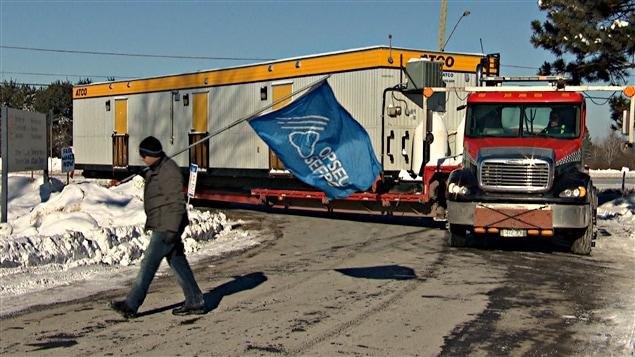 La direction du Centre de détention d'Ottawa-Carleton a fait livrer des roulottes portatives , tandis que des syndiqués ont tenu du piquetage d'information. (05-01-15)