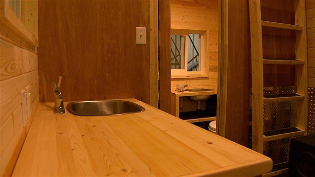 La maison de 12 mètres carrés est équipée d'une cuisine, d'un salon et d'une salle de bain.