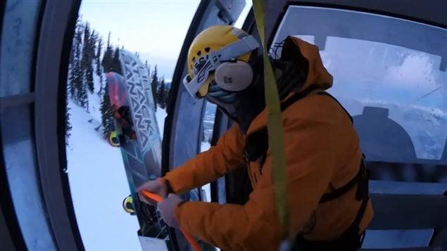 Coincés dans une cabine de remontée, Manny Lapointe et son fils Kody ont été secourus par hélicoptère dans les Rocheuses.