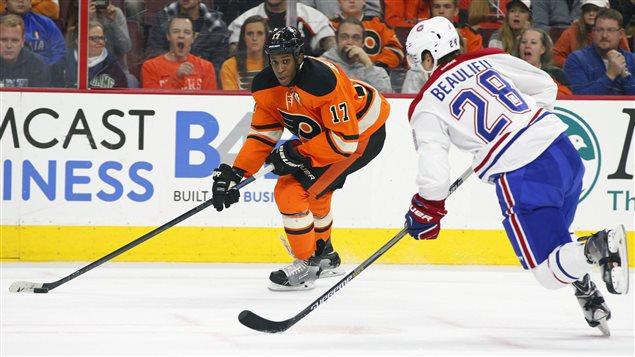 Nathan Beaulieu couvre Wayne Simmonds des Flyers de Philadelphie.