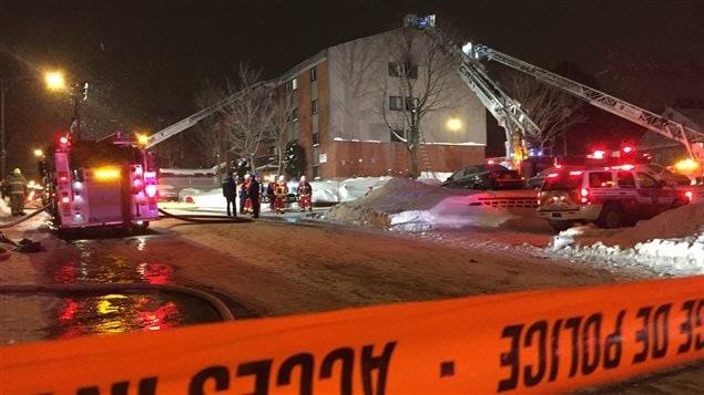 La grande échelle des pompiers n'a pu se déployer.