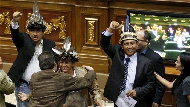 Les députés Julio Ygarza, Nirma Guarulla et Romel Guzamana célèbrent leur victoire après avoir prêté serment.