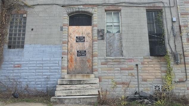 Des affiches «Il faut arrêter de s'entretuer» placardées dans le quartier Sandtown-Winchester, à Baltimore.