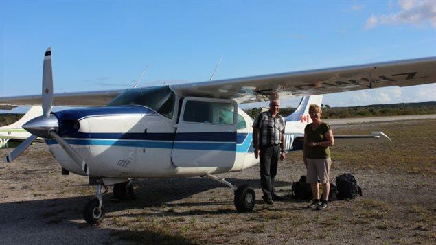 Clément et Sylvia Dion à coté de leur avion.