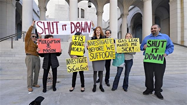 Des manifestants demandent la fermeture du puit de la Southern California Gas devant l'hôtel de ville de Los Angeles.