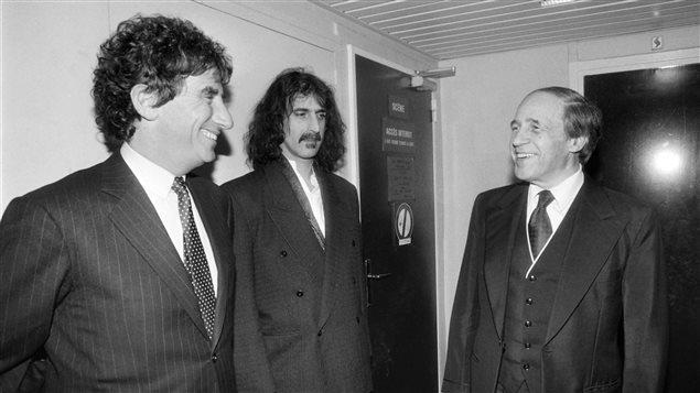 Cette photo de 1984 montre Pierre Boulez (à droite) avec le compositeur et guitariste Frank Zappa (au centre), et le ministre français de la Culture, Jack Lang. Pierre Boulez avait alors dirigé trois oeuvres de Frank Zappa au Théâtre de la Ville de Paris.