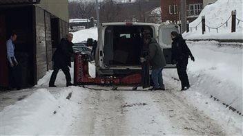 Les policiers ont sorti la machine de boxe du bar ce matin.