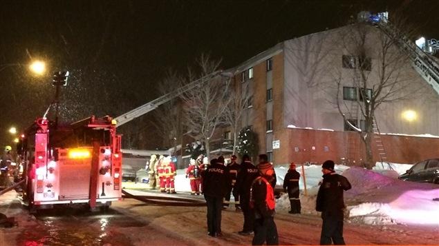 Des locataires ont été contraints de sauter du dernier étage de leur immeuble de l'arrondissement de Charlesbourg, tôt hier matin, pour échapper aux flammes qui faisaient rage dans l'édifice. Retour sur l'événement avec Jean-François Daigle, porte-parole de pompiers.