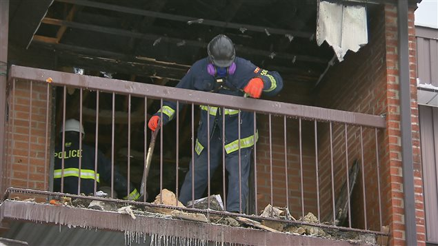 Des enquêteurs sur les lieux de l'incendie mercredi.