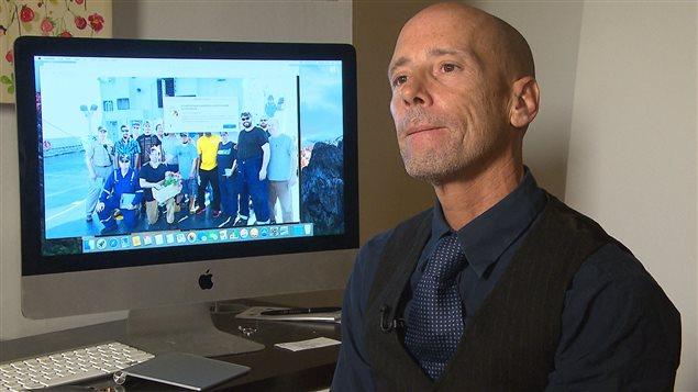 L'aventurier québécois Éric Valois a noué des liens d'amitié avec les marins américains qui l'ont secouru.