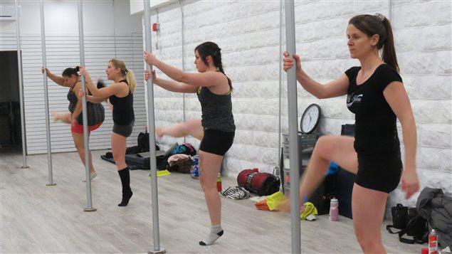 Mélanie Caro, Valérie Martel, Nadia Blais et Cynthia Marion en plein cours de « pole dancing »