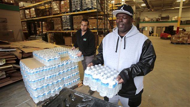 Des habitants de Flint s'approvisionnent en eau embouteillée.