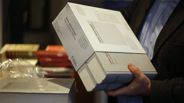 Les deux tomes de 1948 pages de la version «critique» rééditée de l'ouvrage Mein Kampf.