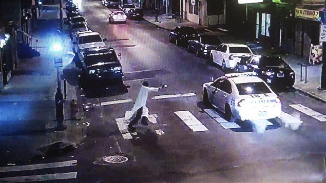 Cette image extraite d'une vidéo de surveillance montre Andrew Archer ouvrant le feu sur le policier Jessie Hartnett dans la nuit de jeudi à vendredi, à Philadelphie.