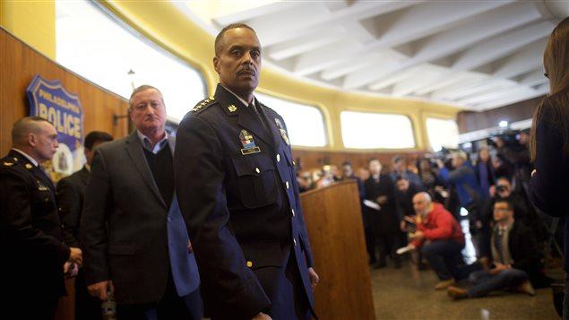 Le chef de police Richard Ross, suivi du maire de Philadelphie, Jim Kenney, à fin de la conférence de presse vendredi après-midi.