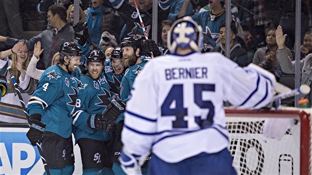 Les Sharks célèbrent un de leurs sept buts marqués aux dépens de Jonathan Bernier