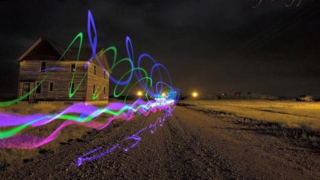 Dans une publication sur Facebook, Colin Chatfield explique que Jordan Van de Vorst aimait utiliser des bâtons lumineux pour créer des effets en photographie.