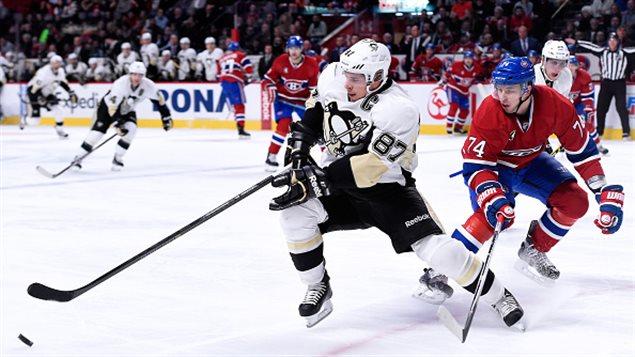Sidney Crosby échappe à la surveillance d'Alexei Emelin.