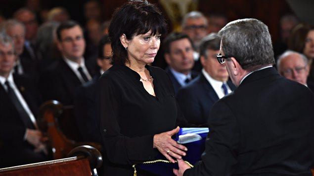 Le maire de Québec, Régis Labeaume, offre un drapeau de la Ville de Québec à la femme de Jean-Paul L'Allier, Johanne Mongeau