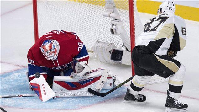 Mike Condon se dresse devant Sidney Crosby en première période.