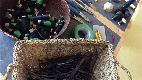 Les barquettes ont été découpées, devenant une fibre à intégrer à un ouvrage tissé