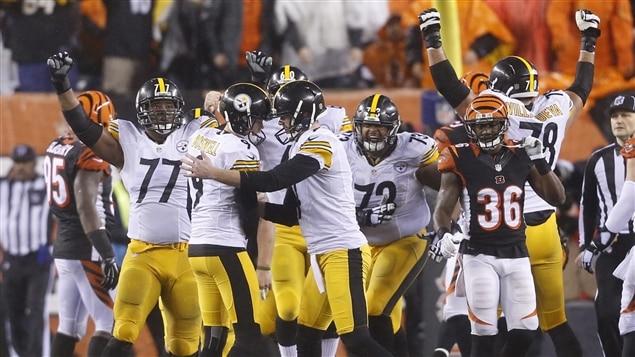 Les Steelers célèbrent le placement de 35 verges qui leur a permis d'arracher la victoire.